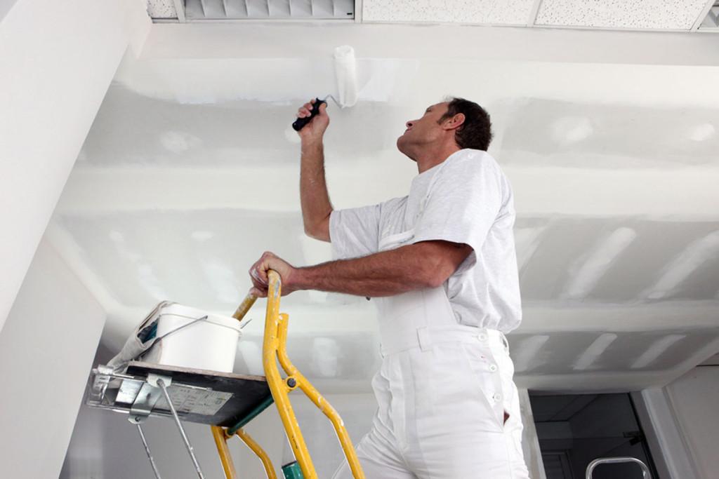Peindre un plafond : les techniques pour éviter les traces